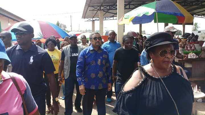Gabon:Jean Ping en anonyme dans les marchés de Libreville